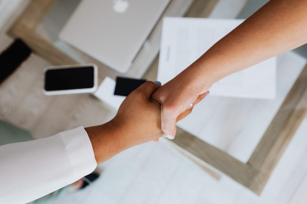 b2b sales shake hands